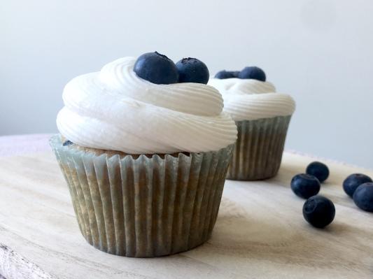 Zitrone & Blaubeer-Cupcakes mit Zitronenmousse