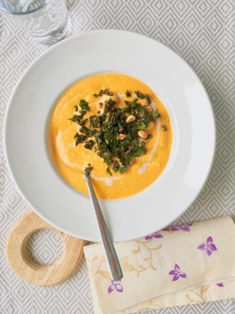 Röstpaprika-Suppe mit Gnocchi & Grünkohlchips